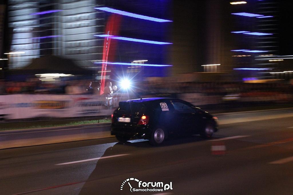 Honda Civic w blasku lampy błyskowej
