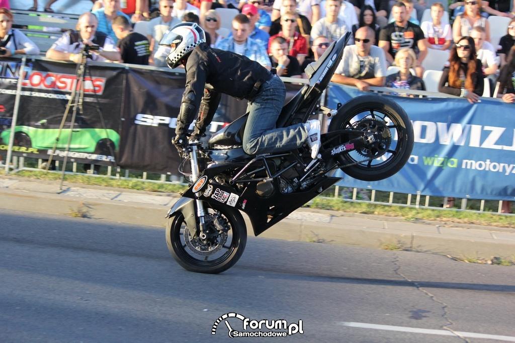 Jazda na motorze na przednim kole