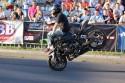 Jazda na motorze przednim kole i nogami na kierownicy, pokazy kaskaderskie