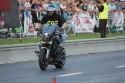 Jazda na motorze w pozycji siedzącej na baku z nogami do przodu