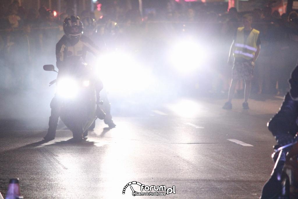 Mocne światła motocykli w nocy