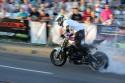 Palenie gumy podczas szybkiej jazdy na motorze, pokazy kaskaderskie