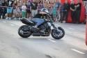 Pokazy kaskaderskie na motorze