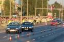 Samochody w pełnym słońcu wracają po wyścigu