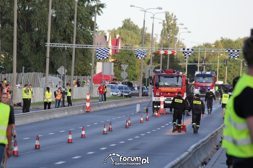 Sprzątanie oleju z asfaltu przez Strażaków