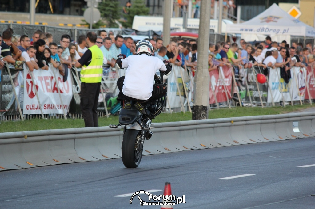 Stunt motocyklowy, jazda na tylnim kole