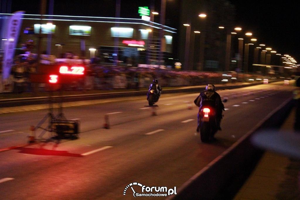 Wyścigi równoległe na motorach w nocy