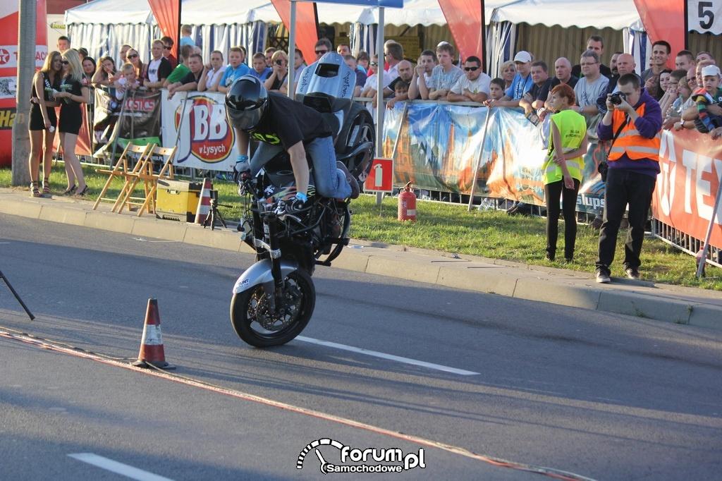Zawrazanie na przednim kole na motorze