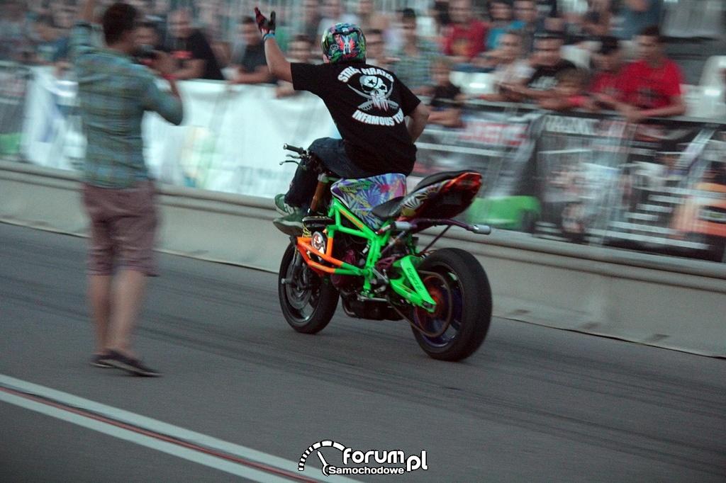 Stunt motocyklowy, jazda z nogami na kierownicy, 2