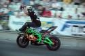 Stunt motocyklowy, jazda z nogami na kierownicy