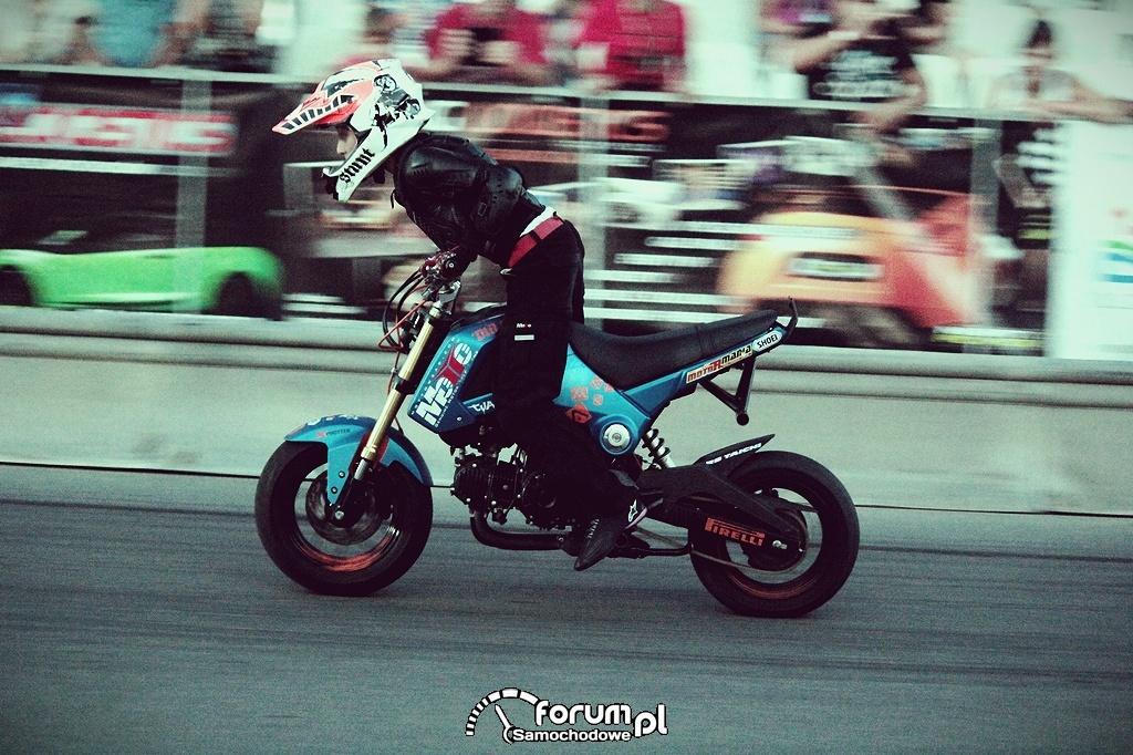 Stunt motocyklowy, palenie gumy, Piotruś
