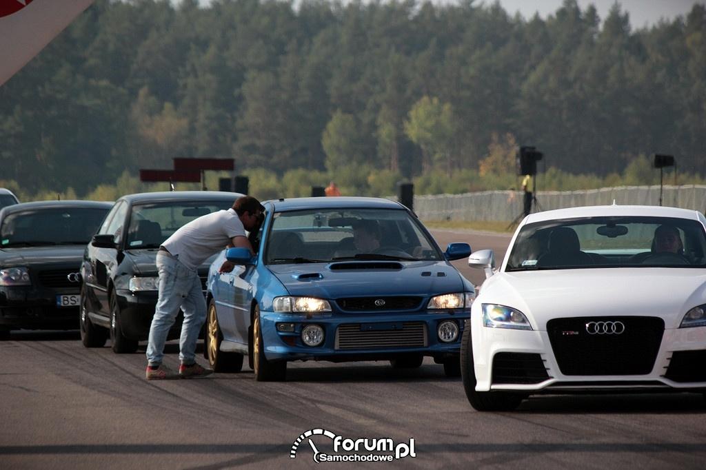 Patryk Mikiciuk i Kudłaty w swoim Subaru