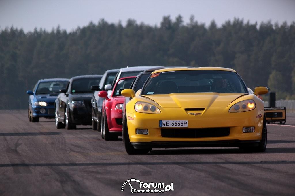 Samochody na pasie startowym lotniska