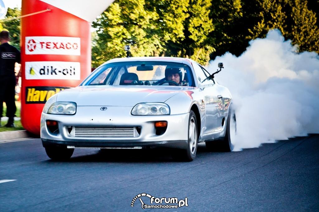 Toyota Supra, palenie gumy i rozgrzewanie opon