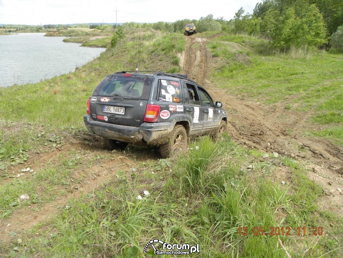 Jazda samochodem terenowym w terenie