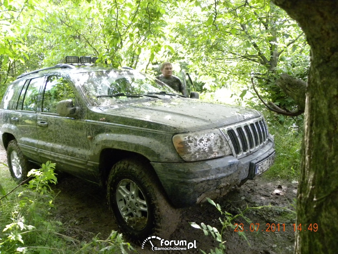 Jeep grand cherokee jazda przez las