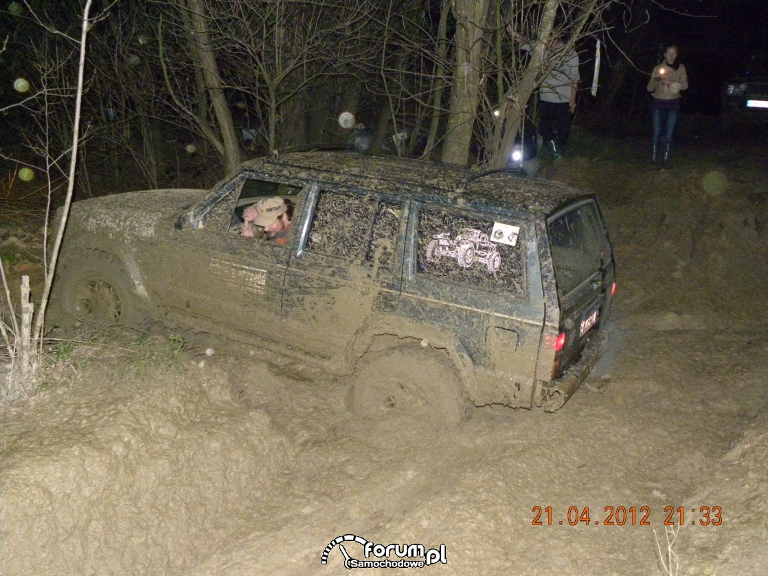 Jeep off road, cały samochód w błocie