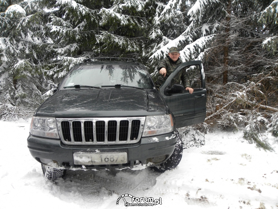 Jeep off road w lesie zimową porą