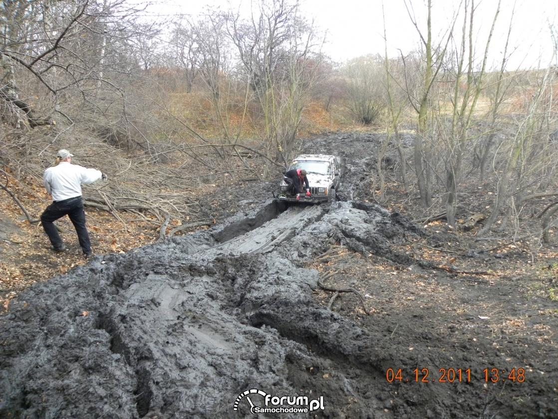 Jeep - przeprawa błotna na wyciągarce