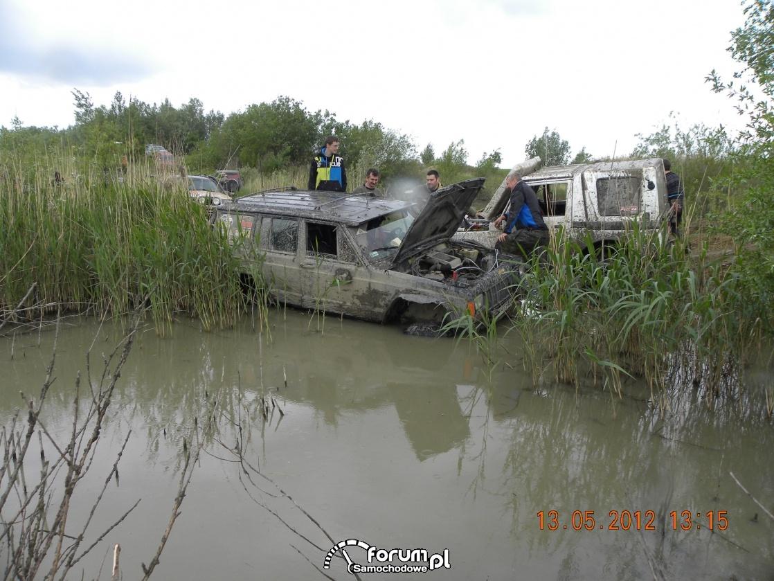 Jeep w głębokiej wodzie