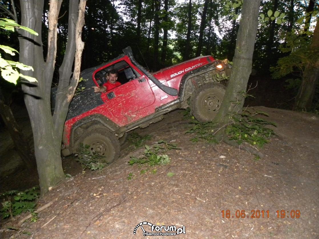 Jeep Wrangler o zmierzchu pod górę
