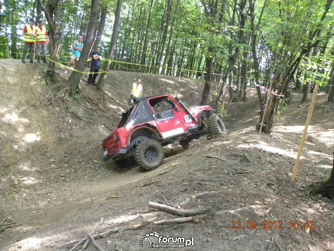 Jeep Wrangler w terenie między drzewami