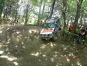 Jeepem z górki w terenie leśnym