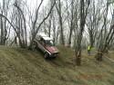 Manewrowanie między drzewami przy stromym zjeździe nie zawsze jest proste