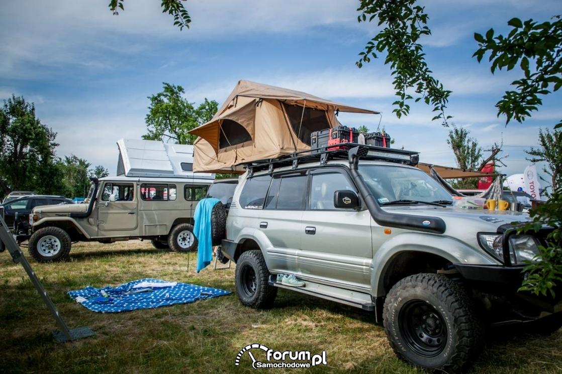 Namiot na dachu w samochodzie terenowym