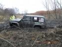 Nissan Patrol całe koła w błocie, off-road
