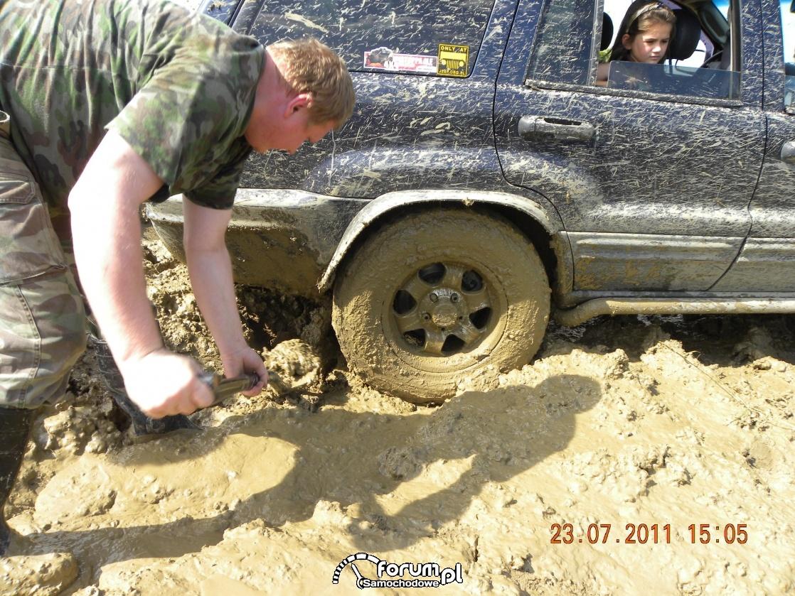 Odkopujemy auto żeby wyjechać z błota