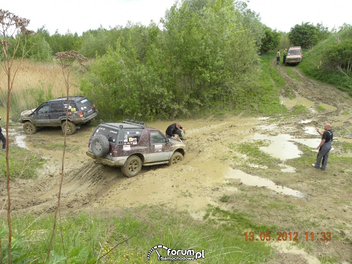Opel Frontera pokonany przez błoto, 2