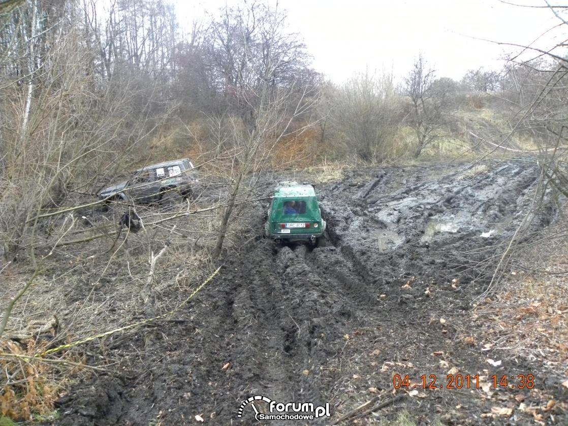 Przejazd przez błoto, samochody terenowe