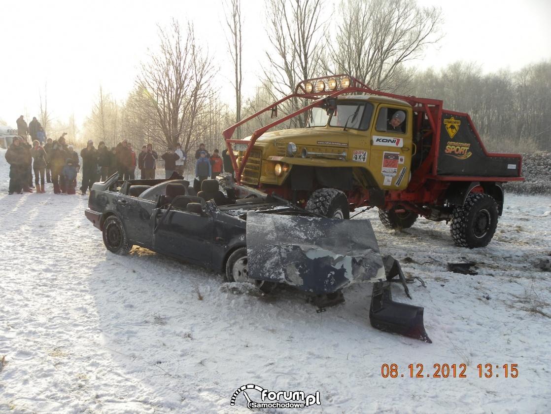 Przejazd terenowej ciężarówki po aucie osobowym