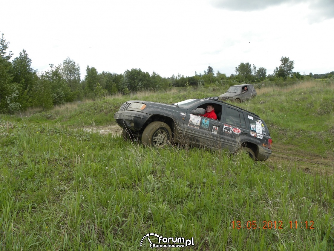 Samochodem terenowym pod górkę w terenie