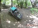 Suzuki Vitara w terenie leśnym zjeżdża z góry