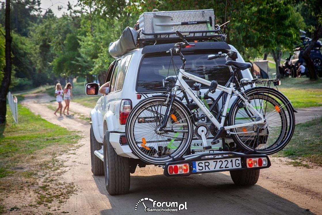 Toyota 4runner z bagażnikiem dachowym i bagażnikiem na hak