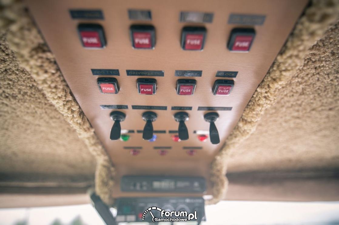 Toyota Hilux Chinook 4×4, kamper, panel z bezpiecznikami