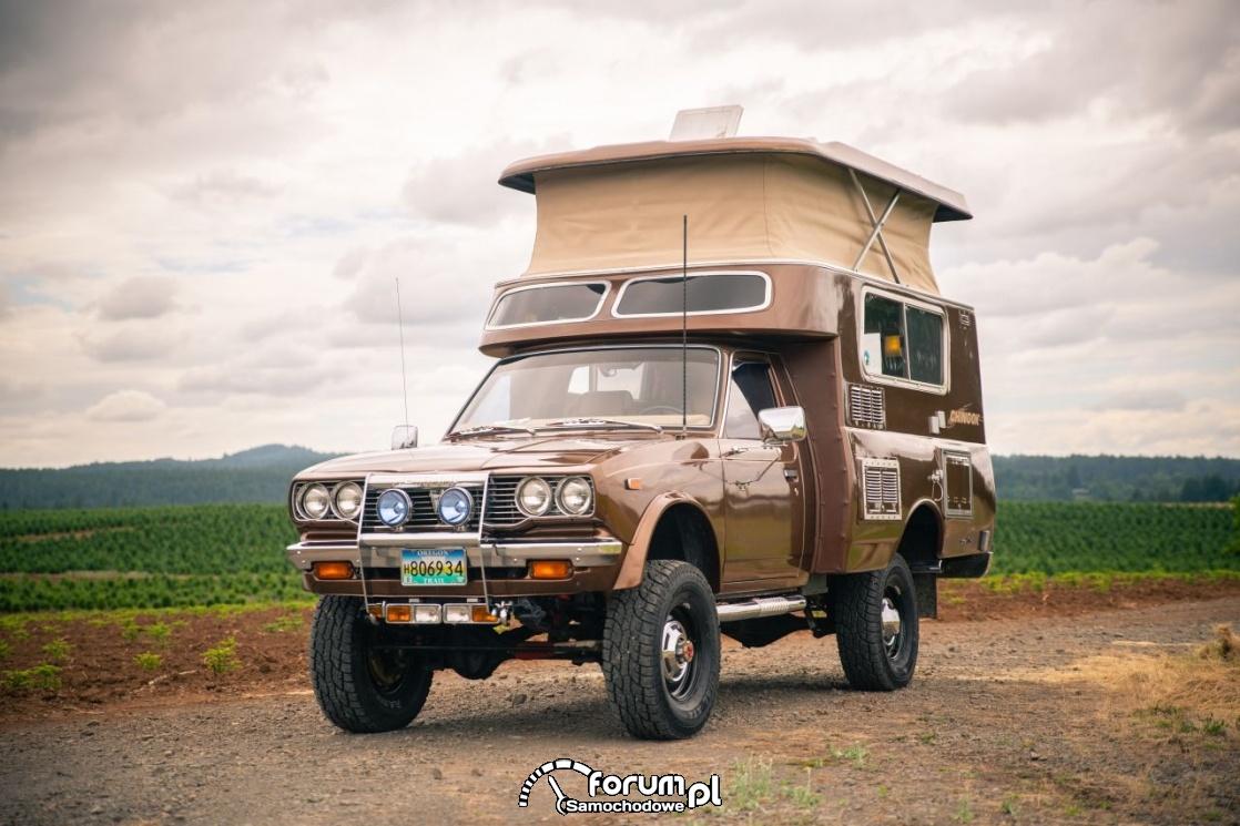 Toyota Hilux Chinook 4×4, kamper, rozłożony dach