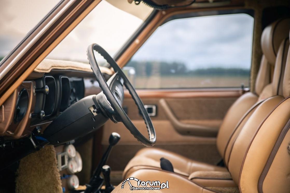Toyota Hilux Chinook 4×4, kamper, wnętrze z przodu