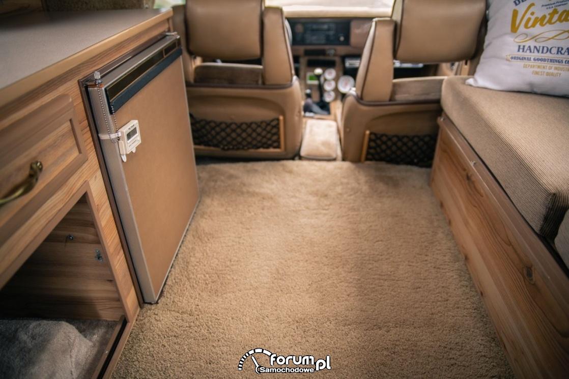 Toyota Hilux Chinook 4×4, kamper, wykładzina na podłodze