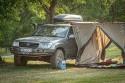 Toyota Land Cruiser 100 z kufrem na dachu i namiotem