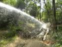 Uzupełnianie wody w koleinach przez Strażaków