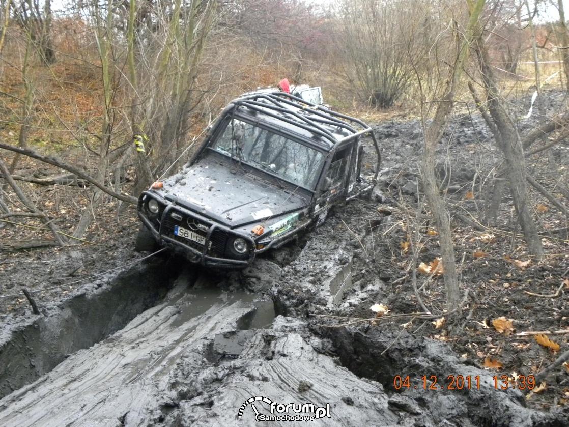 Wyciąganie Mercedesa z głębokiego błota