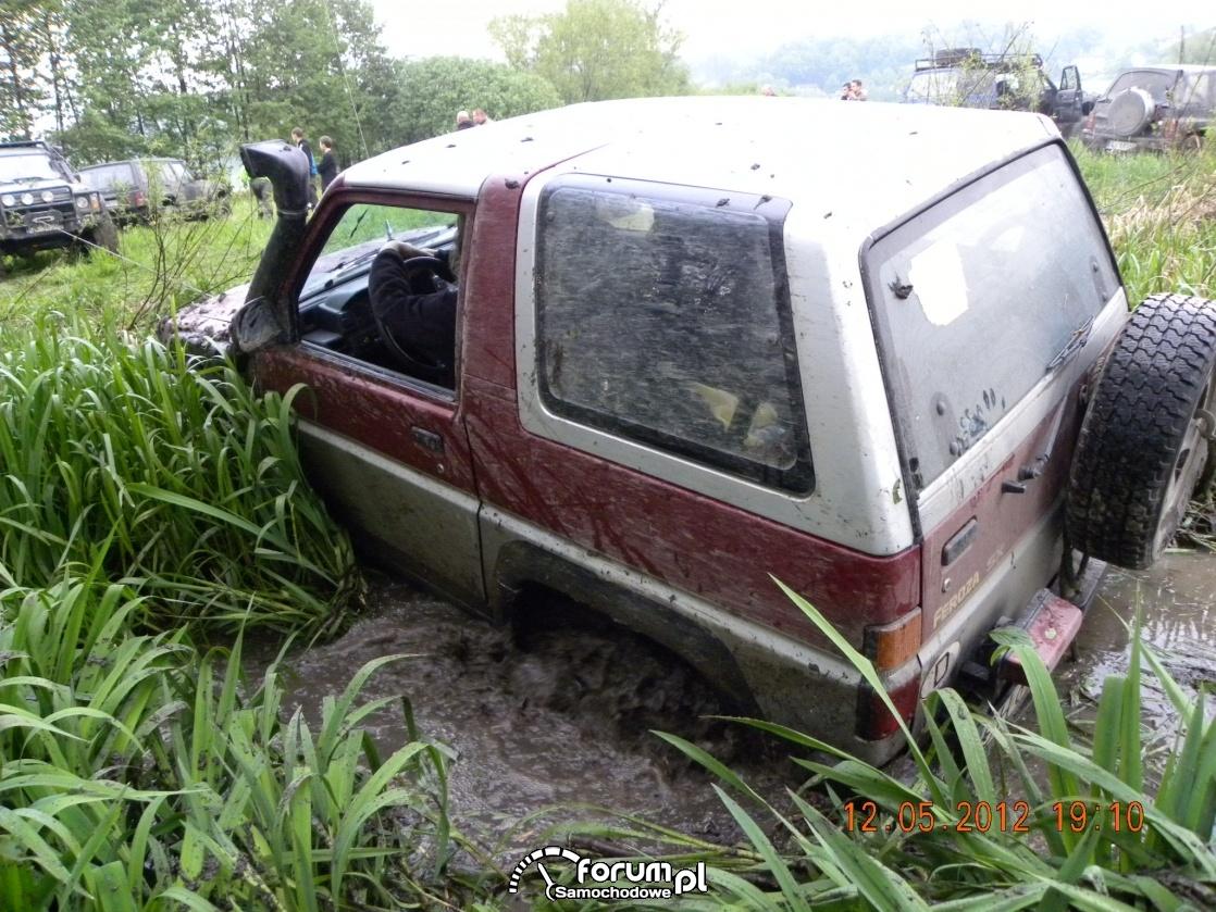 Wyciąganie z błota samochodu Daihatsu Feroza SX