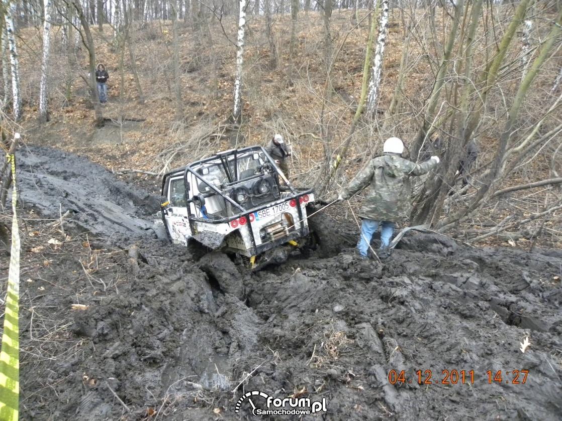 Wyciąganie zakopanego auta