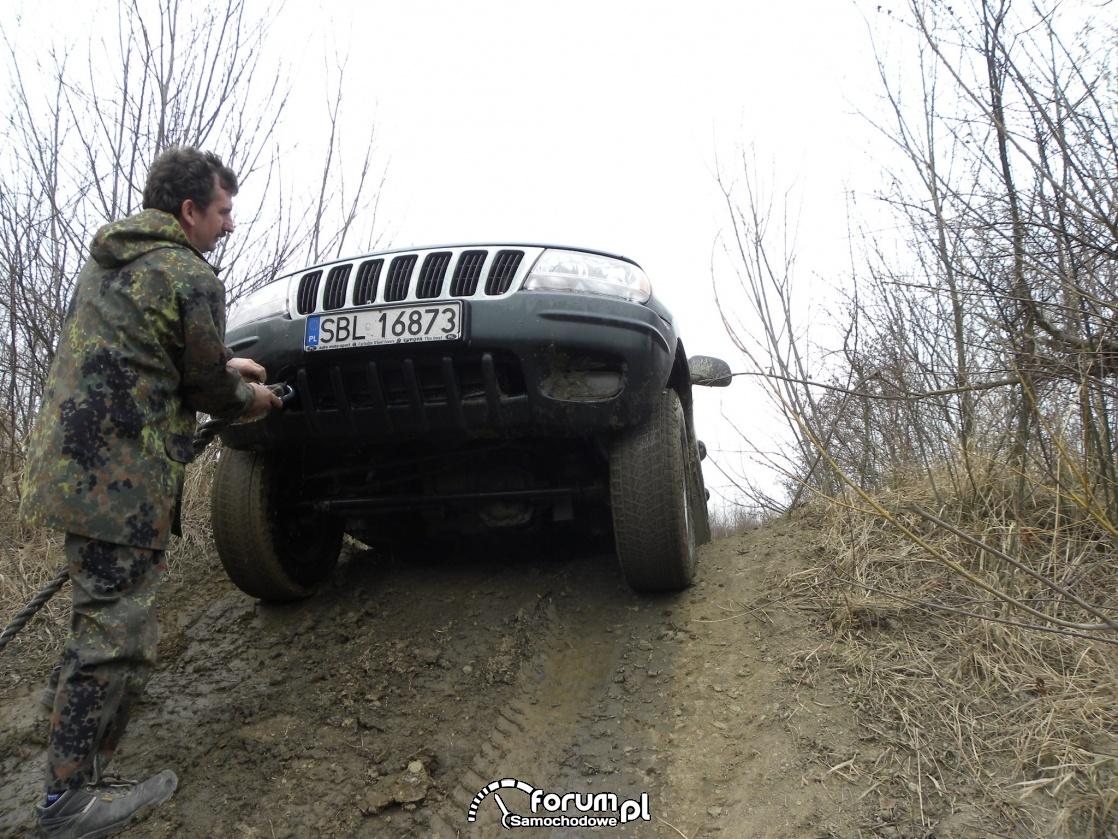 Zawieszonego Jeepa trzeba pociagnąć żeby mógł dalej jechać
