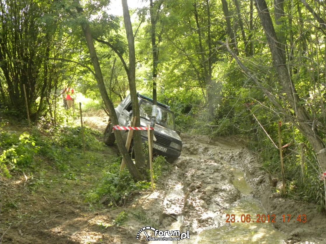 Zmagania z błotem w Suzuki Vitara