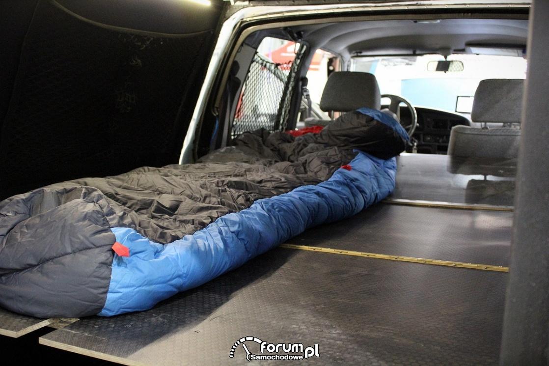 Spanie w samochodzie przerobionym na campera
