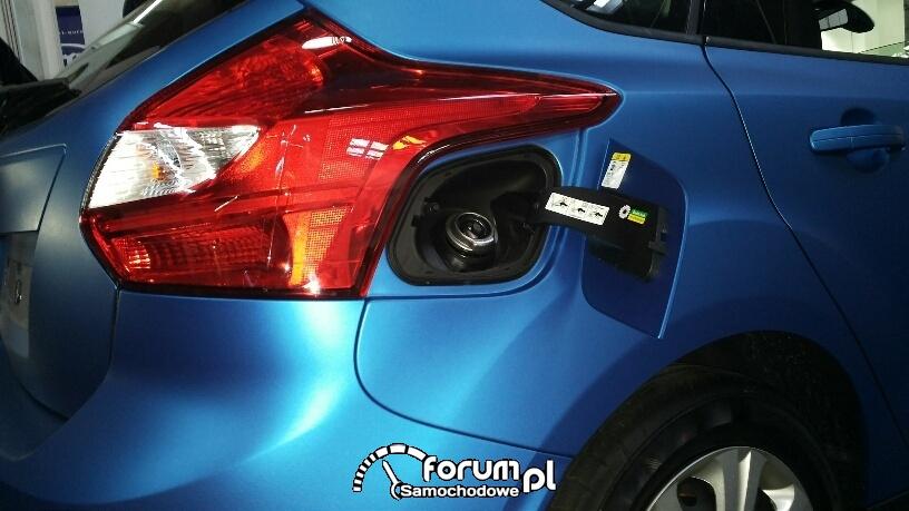 Ford Focus - oklejanie klapki od wlewu paliwa, zmiana koloru auta